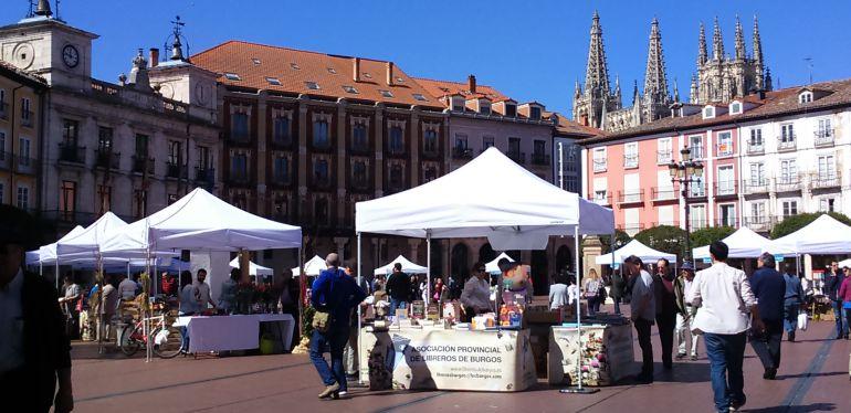 Puestos de libreros en la Plaza Mayor en el último Día del Libro