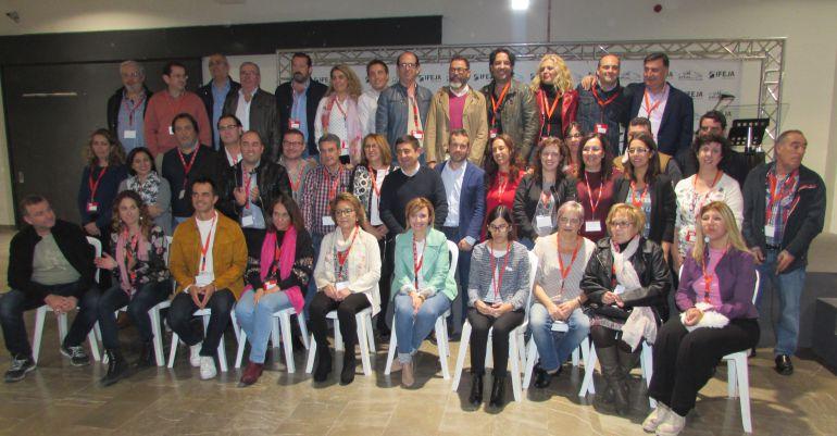 Julio Millán, en el centro, posa junto a su nueva Ejecutiva y el secretario general del PSOE en la provincia, Francisco Reyes.