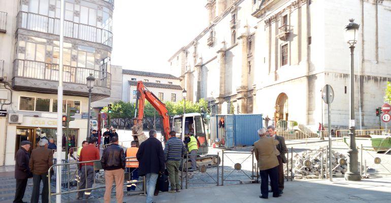 Operarios trabajando en las obras de la Plaza de San Francisco de Jaén.