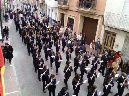 La Banda de Música 'Pedro Gámez Laserna' en uno de sus desfiles procesionales por la calle Juan Martín