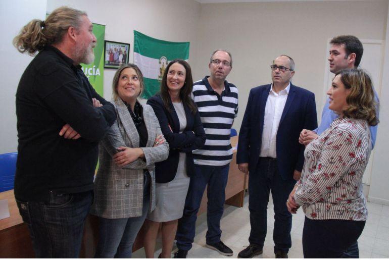 El coordinador nacional de Andalucia por Sí, Joaquín Bellido, conversando con miembros de la Gestora de Motril