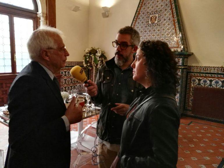 Paco Sánchez y Maica Sánchez entrevistan a Josep Borrell