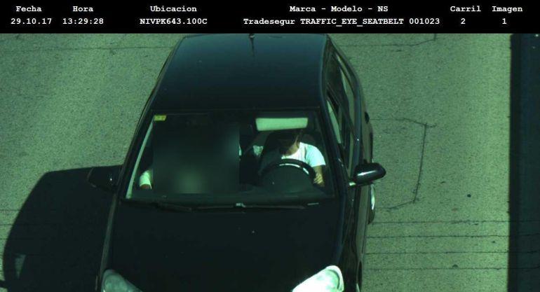 Conductor captado por una cámara sin cinturón