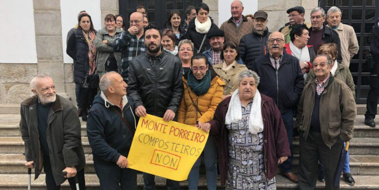 Vecinos de Monteporreiro protestan en el pleno por los composteiros