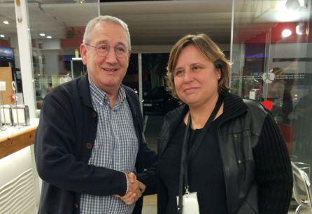 Ton Roig felicita a Mònica Balsells un cop coneguts els resultats electorals.