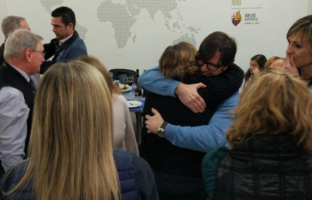 Mònica Balsells s'abraça amb els membres de la seva candidatura després de la victòria electoral.