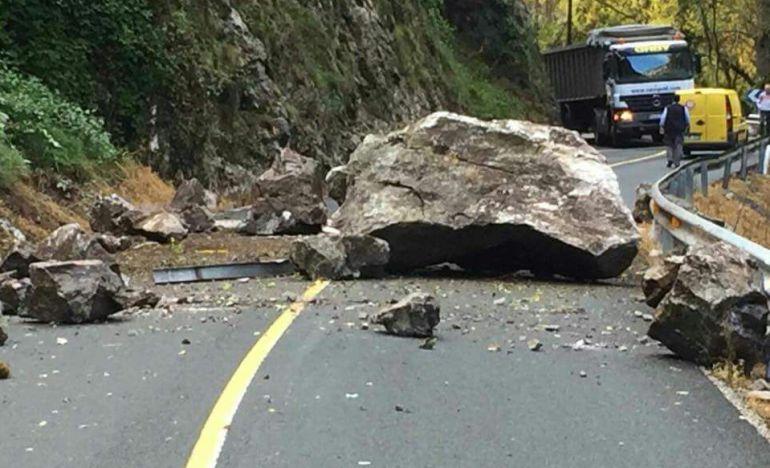 Imagen de la gran roca desprendida este jueves del Desfiladero de La Hermida.