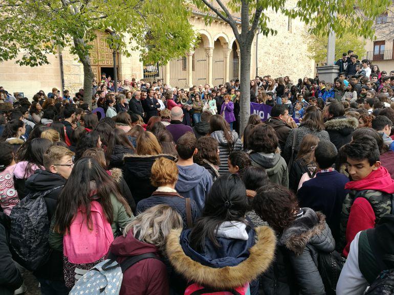 Los alumnos de los Institutos Mariano Quintanilla y Ezequiel González participan en la la concentración contra la violencia de género