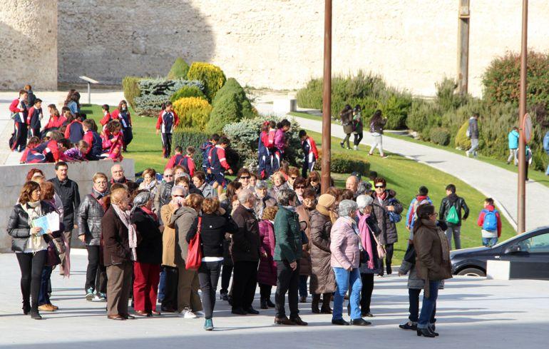 Un grupo de visitantes atiende las indicaciones de la guía en las cercanías del Castillo