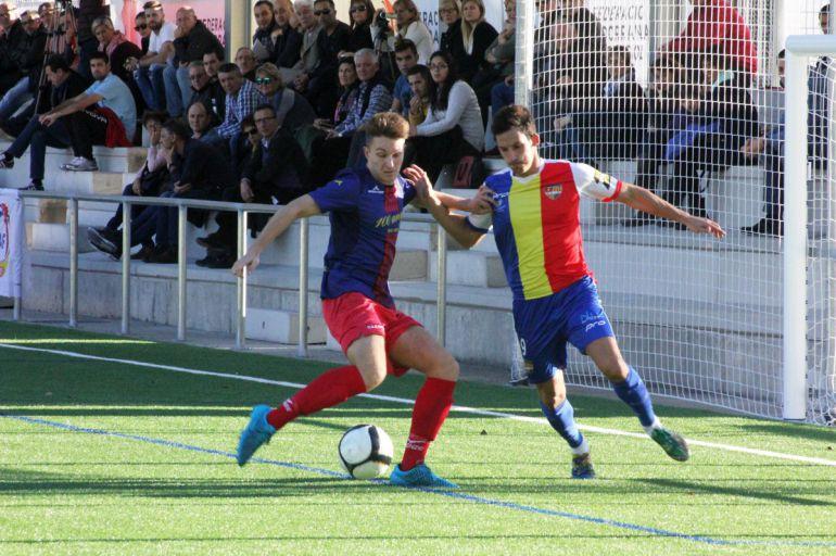 Arturo Gándara lluita una pilota en el partit davant l'Escala.