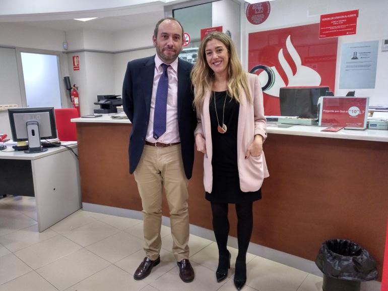 Pedro Quesada (subdirector) y Carmen Bueno (directora), empleados del Santander al frente de la oficina de Villacarrillo