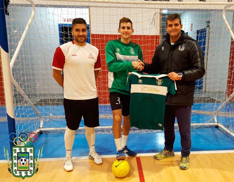 El jugador Perico Serrano posa con la camiseta del Úbeda Viva FS