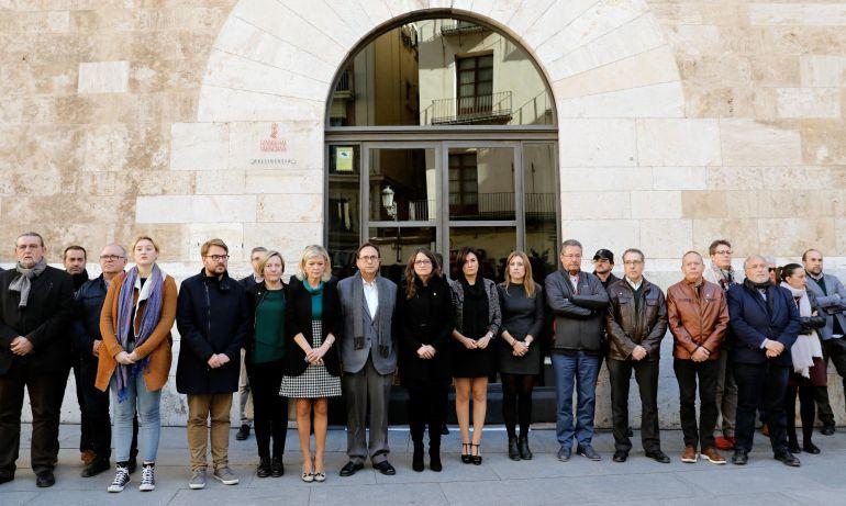 La vicepresidenta de la Generalitat Valenciana, Mónica Oltra (c), acompañada por otros miembros del Consell, en concentración por crimen de Elda. EFE. Juan Carlos Cárdenas
