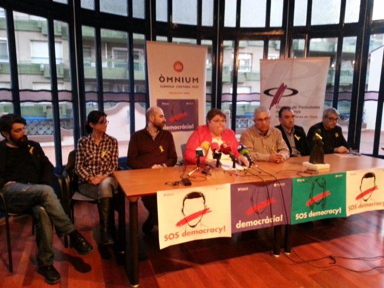 Membres d'Òmnium Cultural a les Terres de l'Ebre, en el moment d'anunciar la decisió de no atorgar enguany el Premi Grifonet.