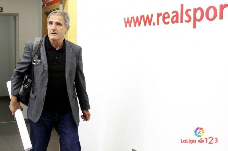 Paco Herrera a su llegada a El Molinón.