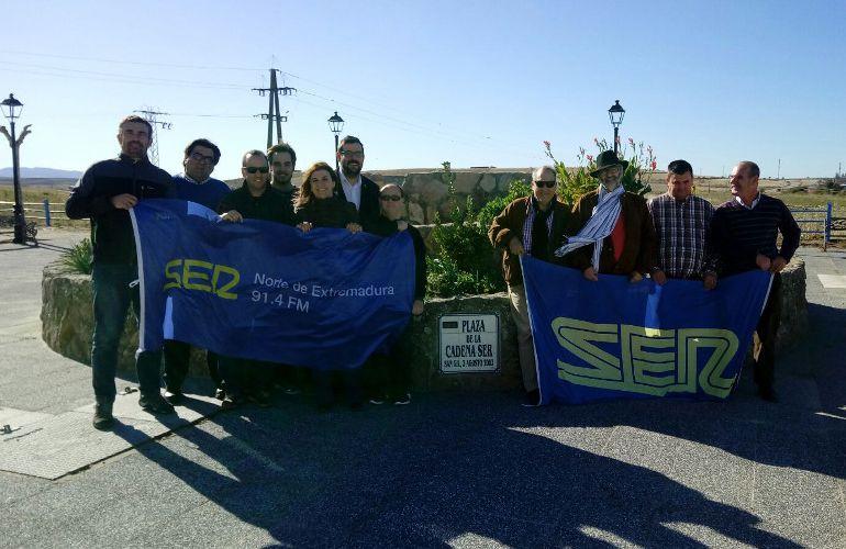 Algunos de los Invitados y equipo de Hoy por Hoy Norte de Extremadura en la Plaza de de la Cadena SER de San Gil