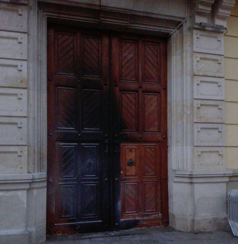 La porta cremada de la Casa de la Vila de l'Hospitalet