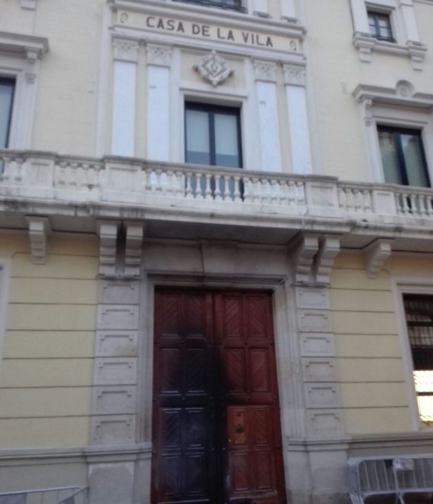 La porta de la Casa de la Vila de l'Hospitalet, després de l'atac d'aquesta matinada