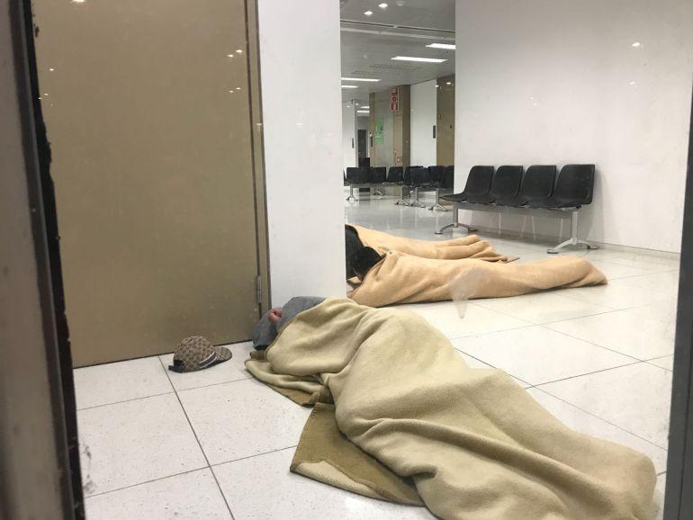 Quatre menors, estesos a terra, dormint a la sala d'espera de la fiscalia de menors de Barcelona.