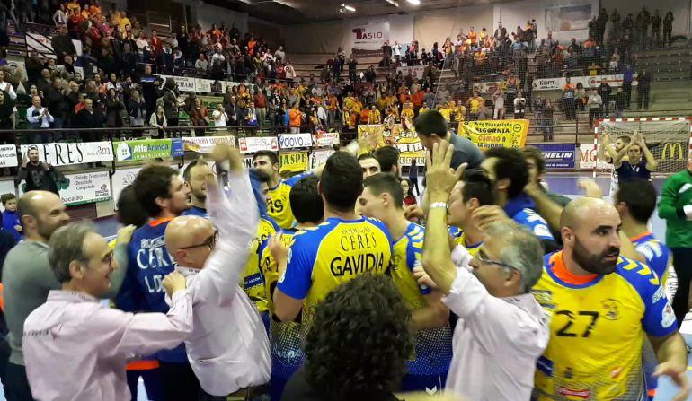 Equipo y afición disfrutaron del triunfo juntos al final del encuentro.