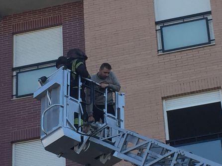 Un incendio en una vivienda obliga a rescatar a dos familias en Ponferrada