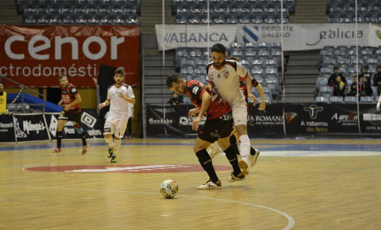 Verdejo intenta zafarse de un un rival en el partido de esta noche disputado en el Fontes do Sar