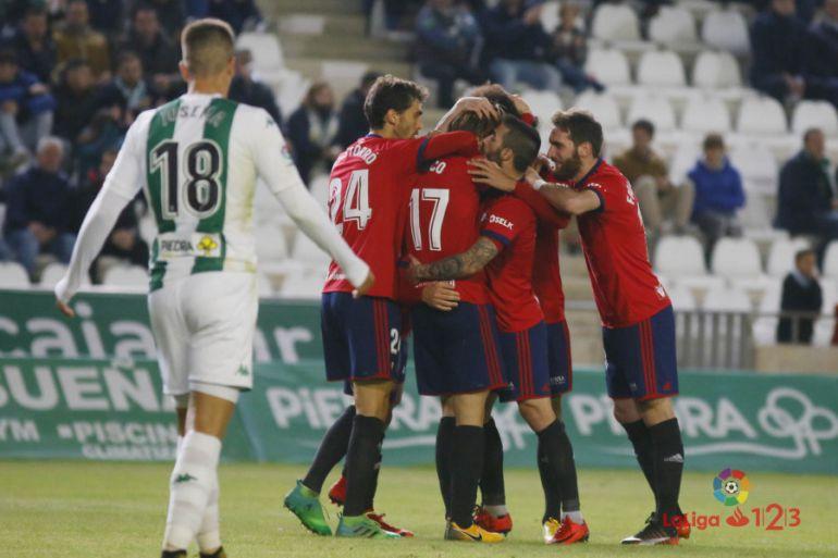 Xisco rodeado por sus compañeros tras marcar el gol de la victoria en Córdoba