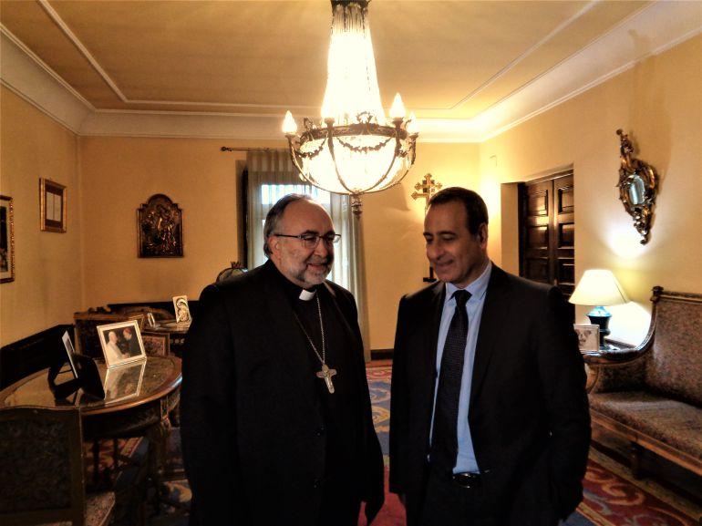 El consejero de Infaestructuras, Fernando Lastra, con el arzobispo, Jesús Sanz, a su llegada al palacio arzobispal
