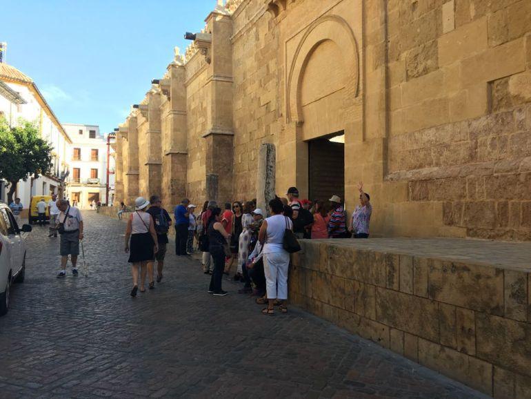 Turistas en el entorno de la Mezquita Catedral