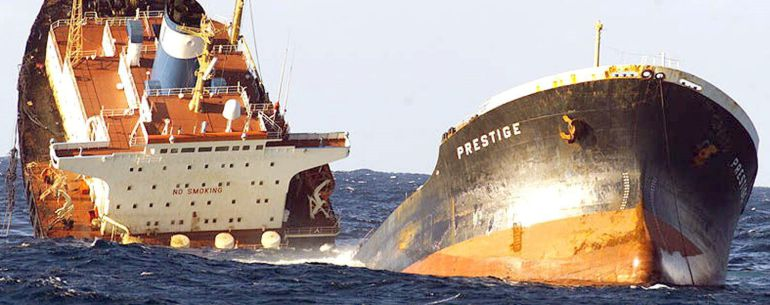 """Fotografía de archivo del petrolero """"Prestige"""" partido en dos, realizada desde la Fragata """"Baleares"""" de la Armada Española."""