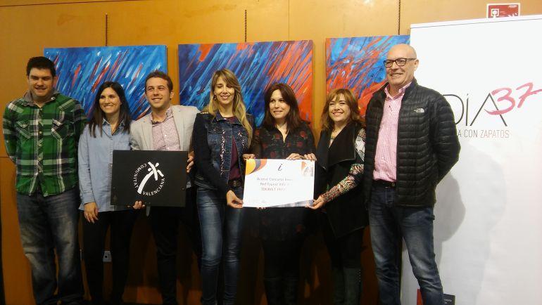 Los ediles y técnicos de Turismo de Elda y Petrer con el premio recibido por el Dïa 37