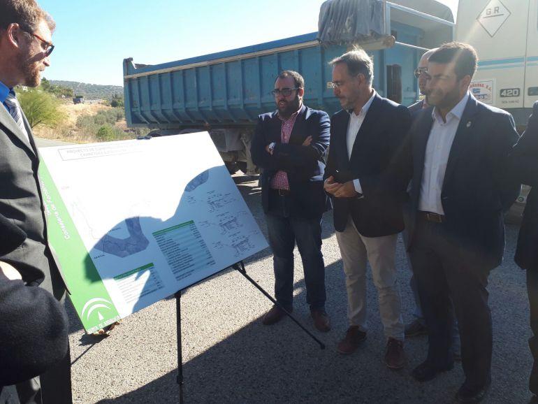 El titular de Fomento de la Junta presenta el proyecto al alcalde de Loja, Joaquín Camacho
