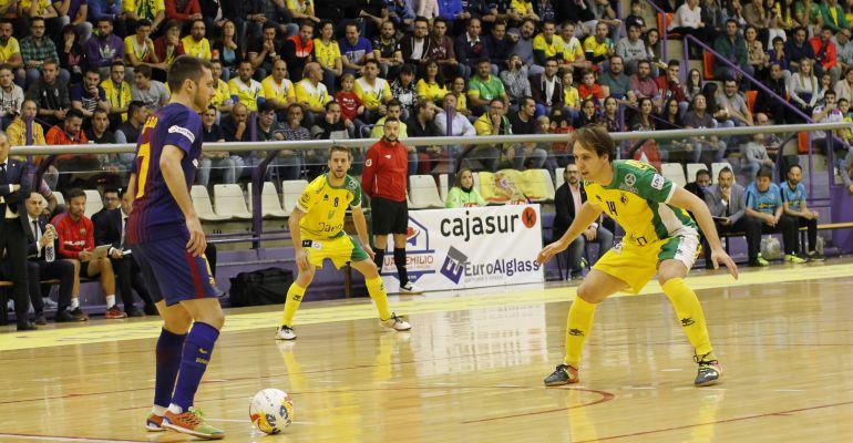 Alan Brandi intenta detener el avance de Dyego en el pasado Jaén Paraíso Interior-FC Barcelona.