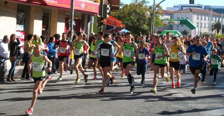 Participantes en una edición anterior de la Carrera Popular que organiza el IES Santa Catalina de Jaén.