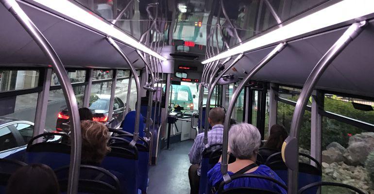 Interior de uno de los autobuses urbanos que circulan por Jaén capital con un torno para regular el acceso.