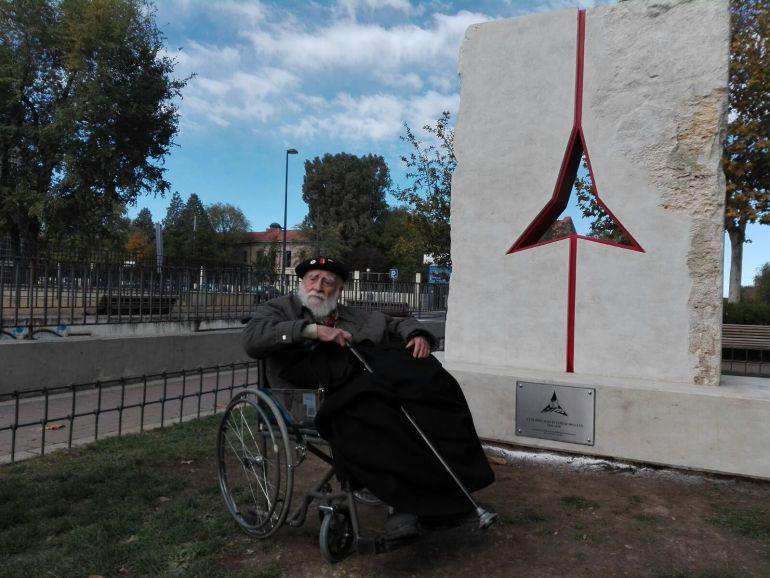 Virgilio Fernández del Real ante el Monumento de Vicalvaro a las Brigadas Internacionales, detrás puede adivinarse el Cuartel del Artillería de donde salío el Batallón Dombrowski, hacia Atocha en el cual se enroló, formando parte de la XI Brigada Internacional