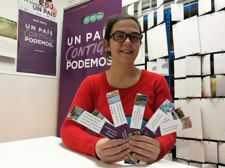 La procuradora de Podemos Natalia del Barrio con los marcapáginas que muestran las principales enmiendas a las cuentas regionales