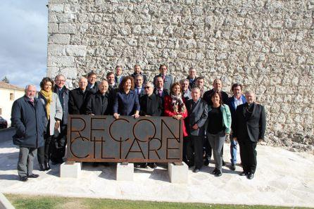 Los representantes de distintas adminisitraciones posan en el cartel de Reconciliare tras la clausura de la exposición.