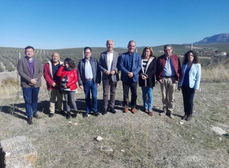 El consejero de cultura, Miguel Ángel Vázquez junto al alcalde de Quesada,Manuel Vallejo en su visita a las ruinas de la Villa Romana de Bruñel