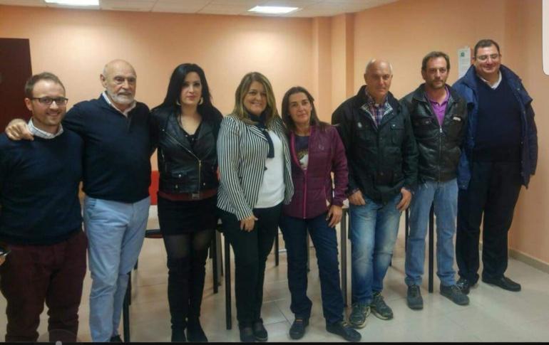 Beatriz Montoro, terdera por la izquierda, junto a varios compañeros del Partido Popular jiennense y del municipio.