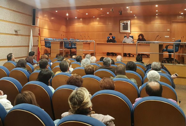 Reunión de miembros del gobierno local y el jefe de la Policía Local de O Porriño con las 75 familias de Contrasto.
