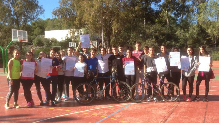 Un profesor de Málaga recoge bicis usadas para fomentar el deporte