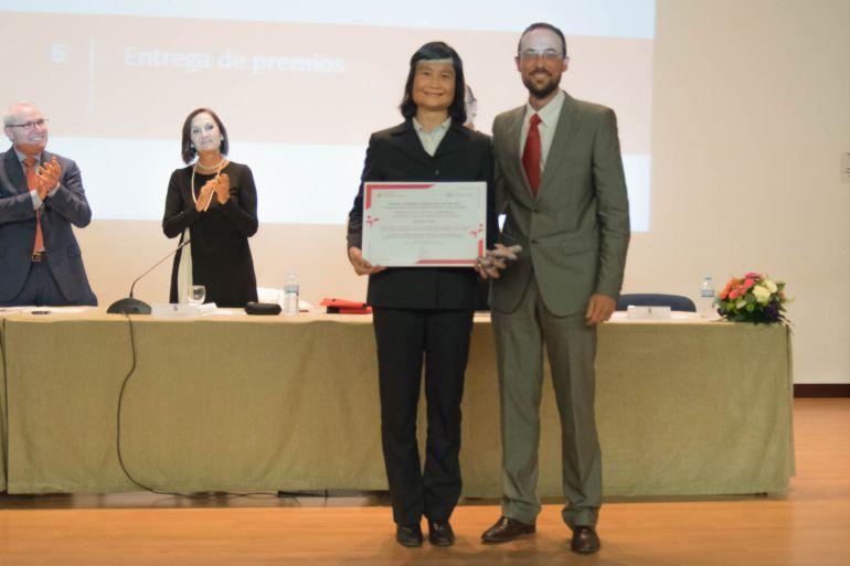 Diego Sales, director de la Fundación Cátedra, entregando el primer premio.