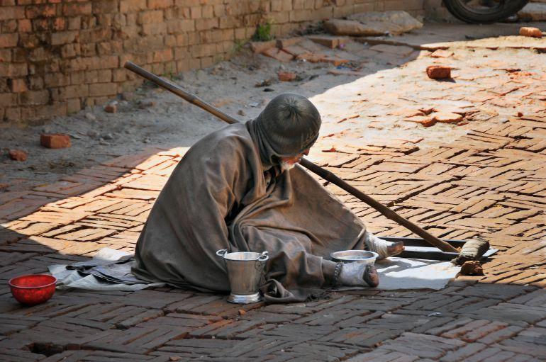 Un enfermo de lepra pide limosna cerca del templo Pashupati de Kathmandu (Nepal)