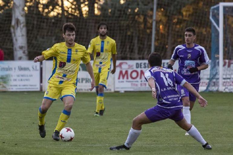 El centrocampista navarro conduce el esférico durante el encuentro en Becerril.