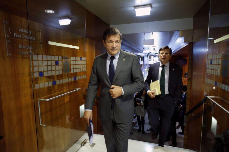 Javier Fernández abandona el hemiciclo de la Junta General tras pronunciar su discurso seguido del presidente de la Cámara, Pedro Sanjurjo.