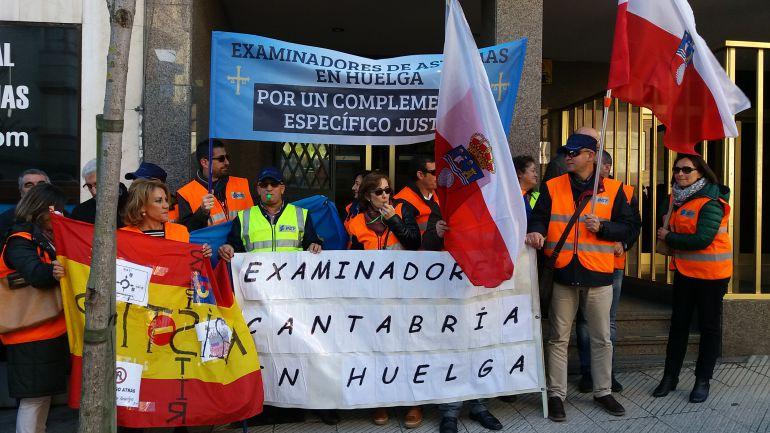 Los examinadores, asturianos y cántabros, durante su concentración en la Jefatura Provincial de Tráfico de Asturias