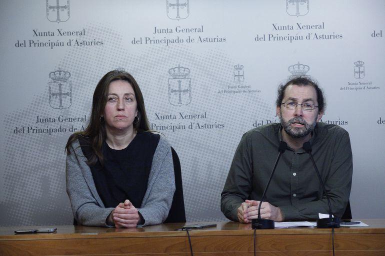 El portavoz de Podemos, Emilio León comparece junto a la diputada Lorena Gil tras el discurso del presidente Javier Fernández en la apertura del debate sobre el estado de la región