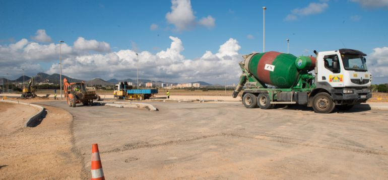 Dos días cortada la carretera de salida de La Manga debido a las obras de asfaltado