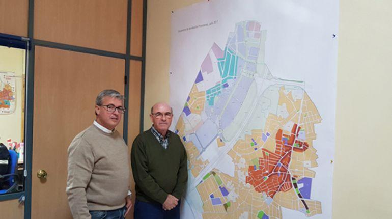 El concejal de Urbanismo y el alcalde de Ogíjares (Granada), ante el mapa del nuevo Plan General de Ordenación Urbana del municipio